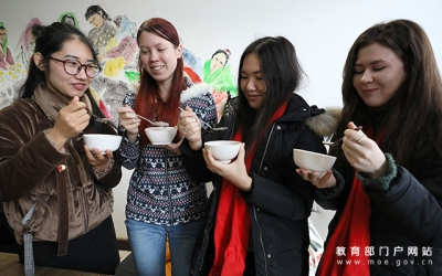 Winter Celebrations: international students enjoy congee feast of Chinese Laba Festival